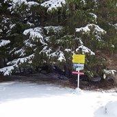 D-2294-wegweiser-quellenweg-bei-maria-waldrast-winter.jpg